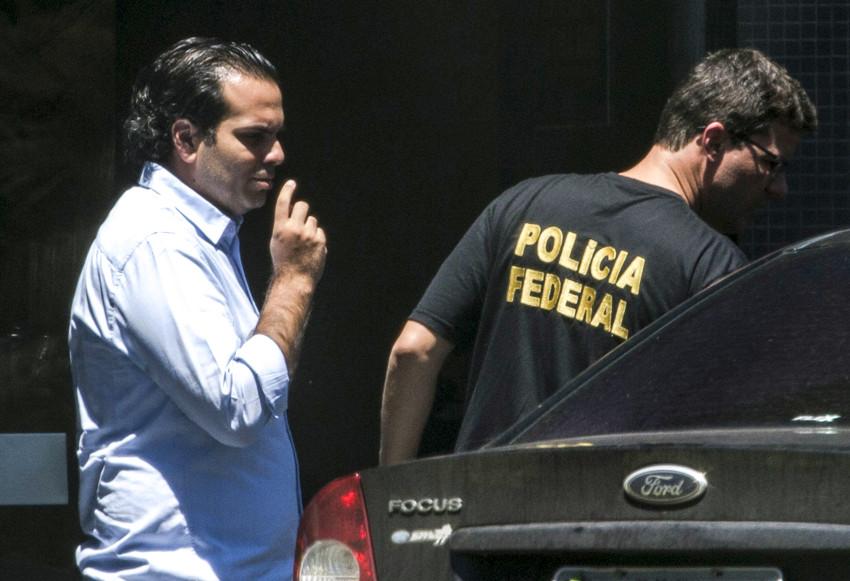 Brasília - Diogo Ferreira Rodrigues, chefe de gabinete do senador Delcidio Amaral, chega à superintendência da polícia federal (Marcelo Camargo/Agência Brasil)